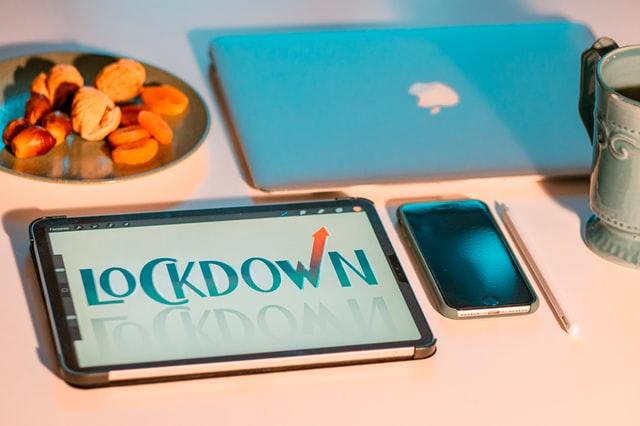 sprzęt elektroniczny leżący na stole